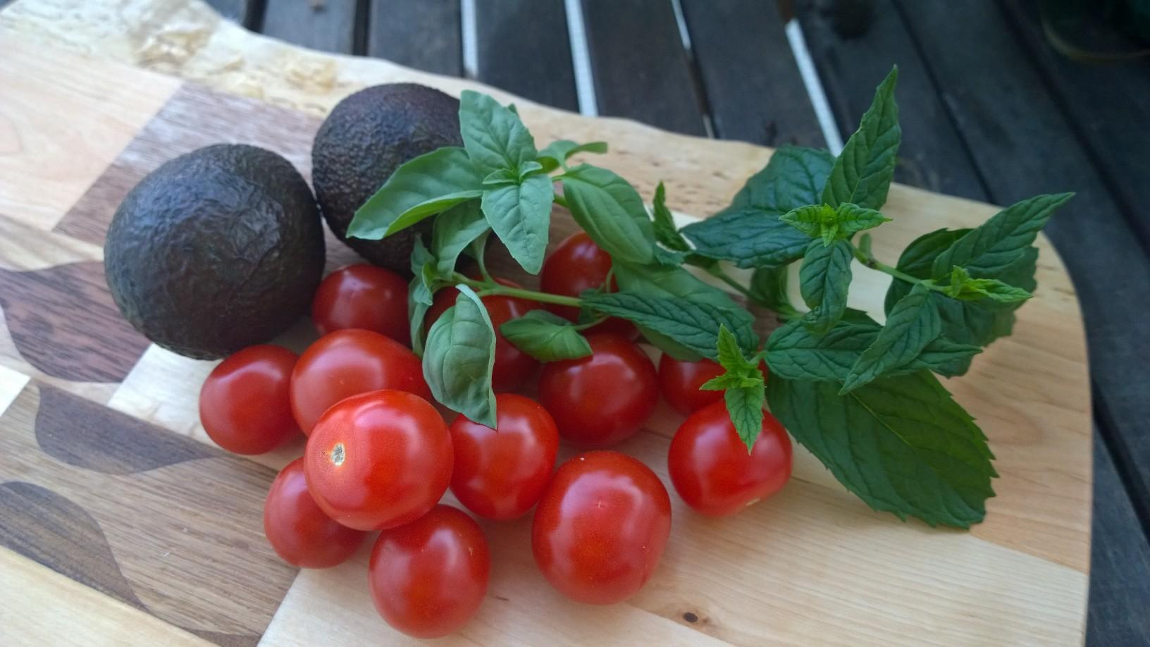 tomaatit laudalla