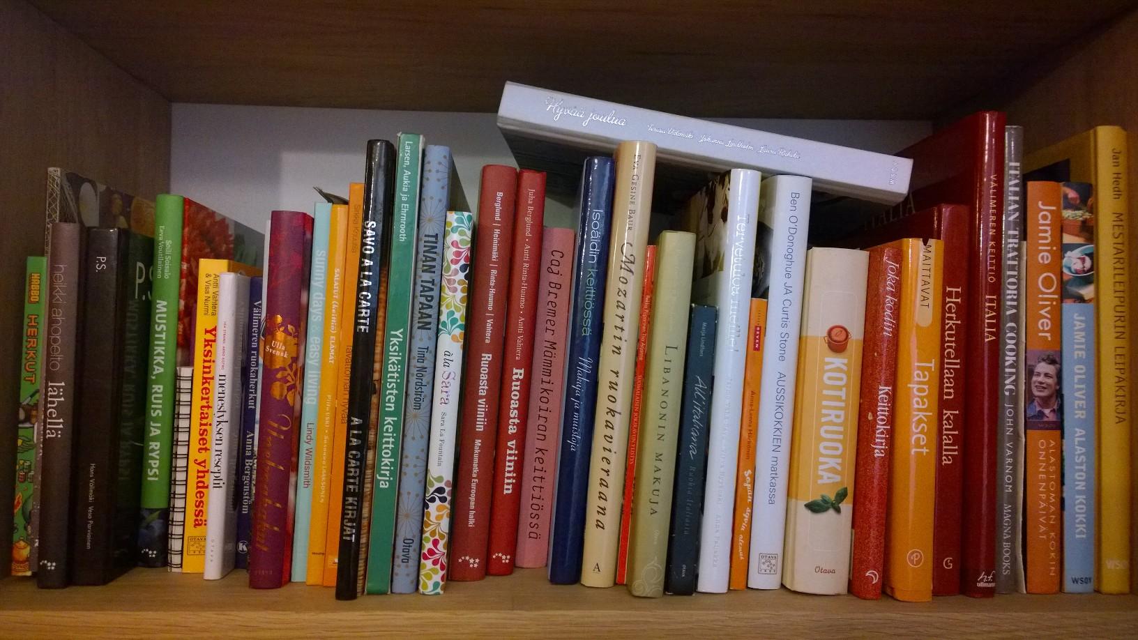 kirjat hyllyssä