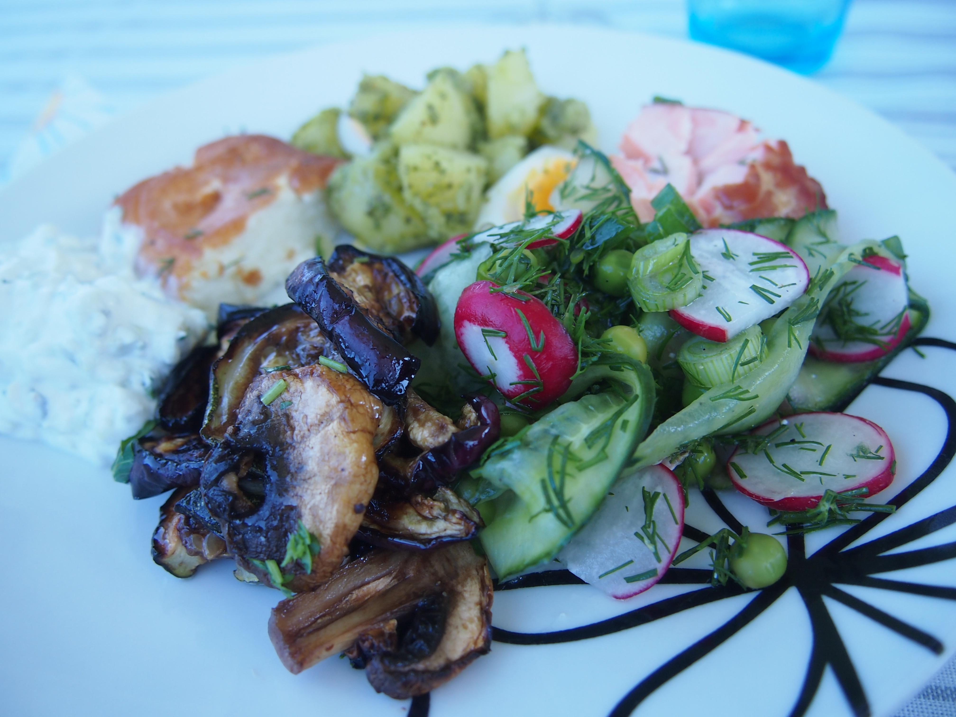 salaatti pöydässä