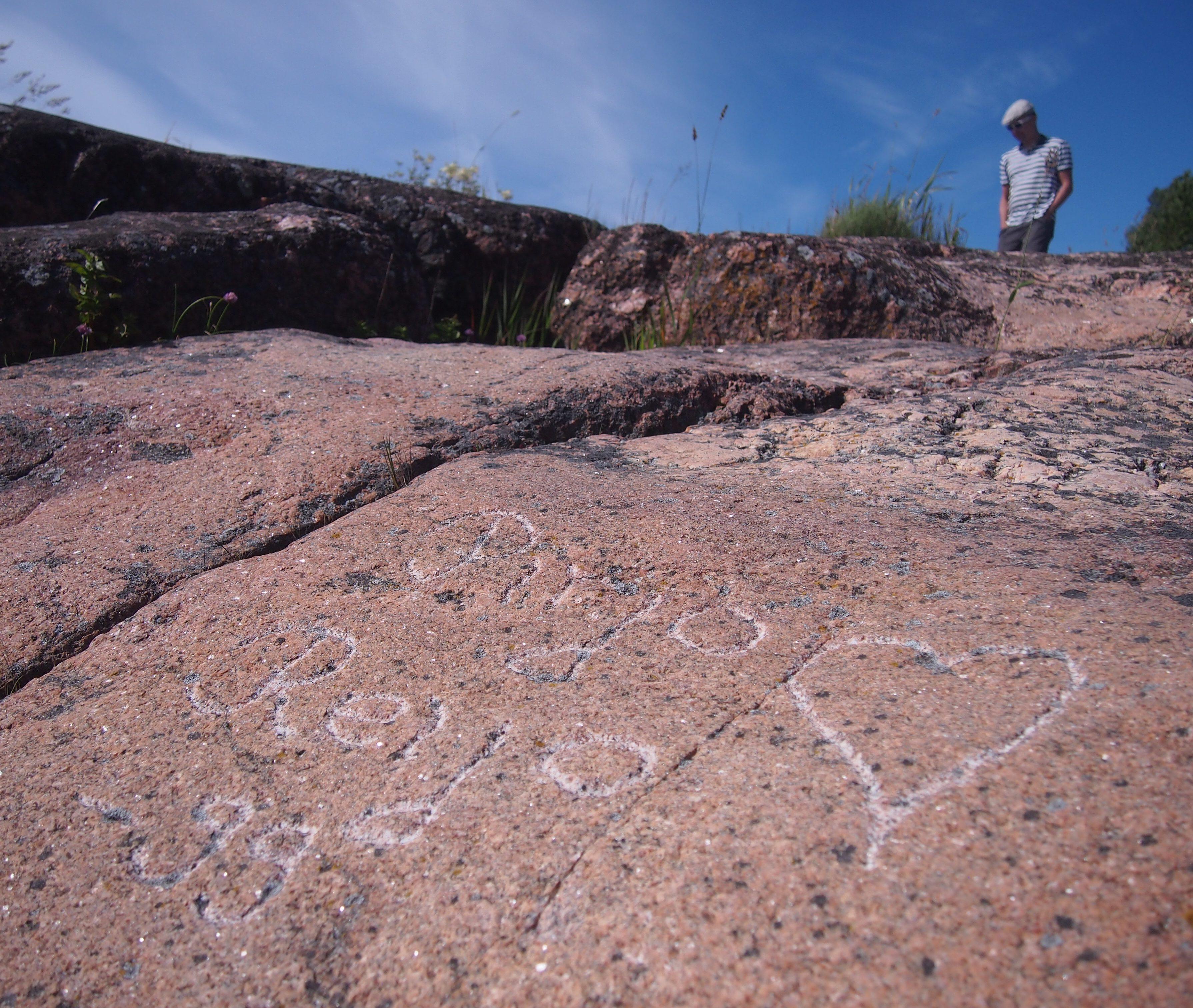 kaiverrukset kalliossa