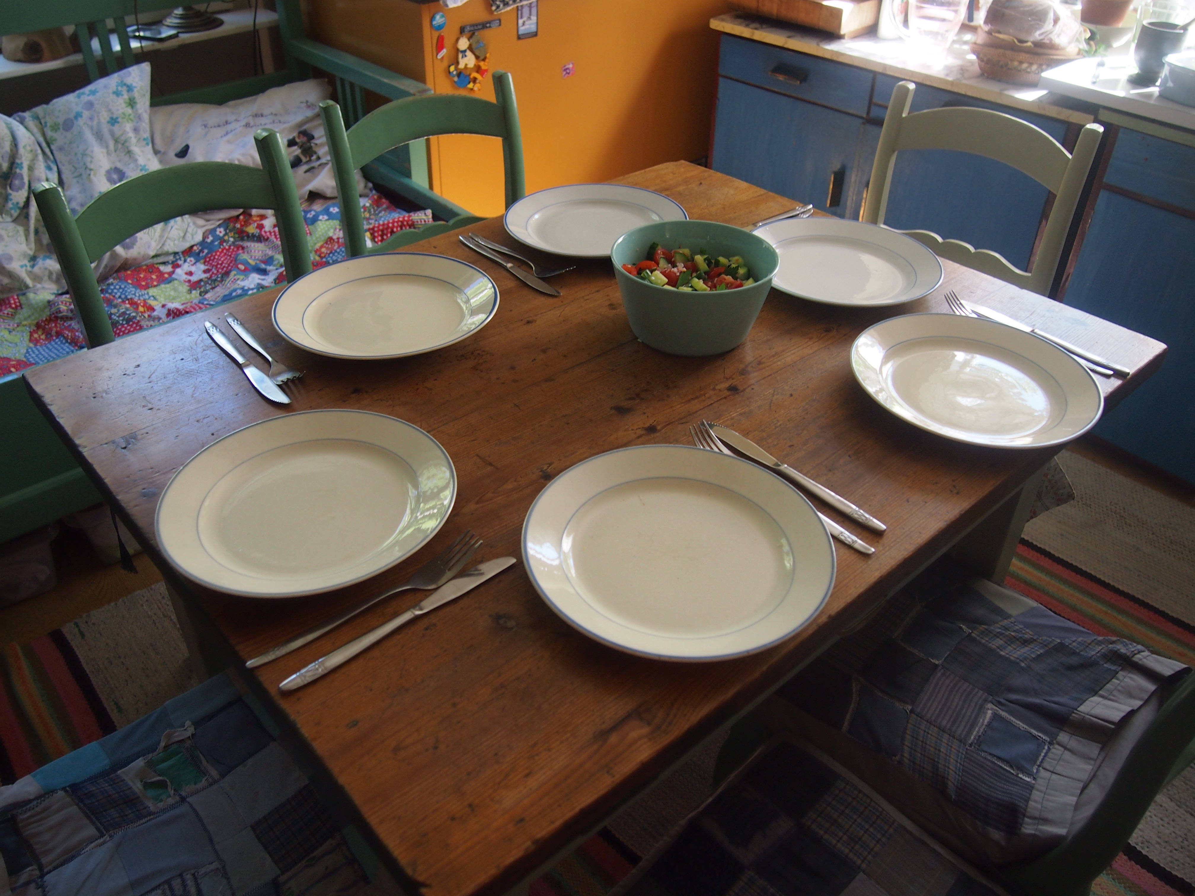 pöytä katettuna
