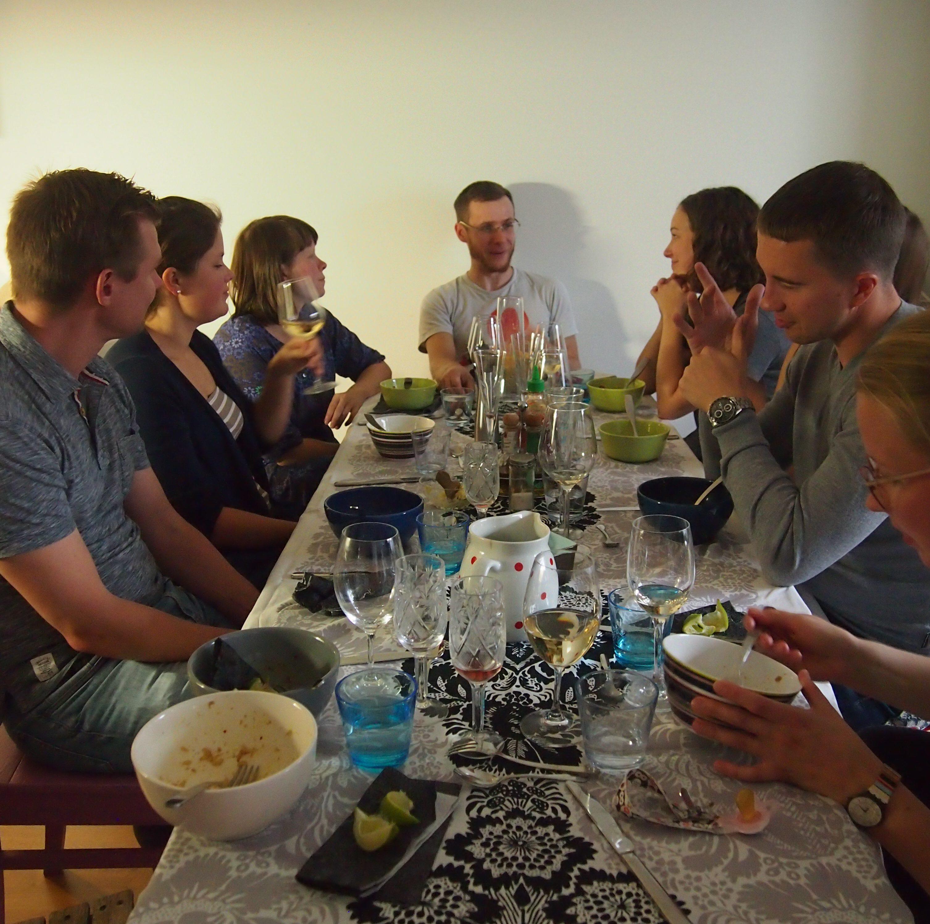 vieraat pöydässä