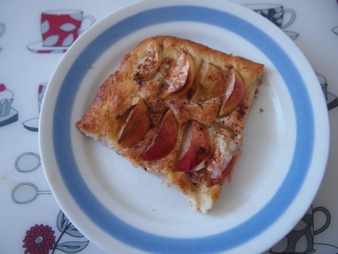 omenapiirakkapala lautasella