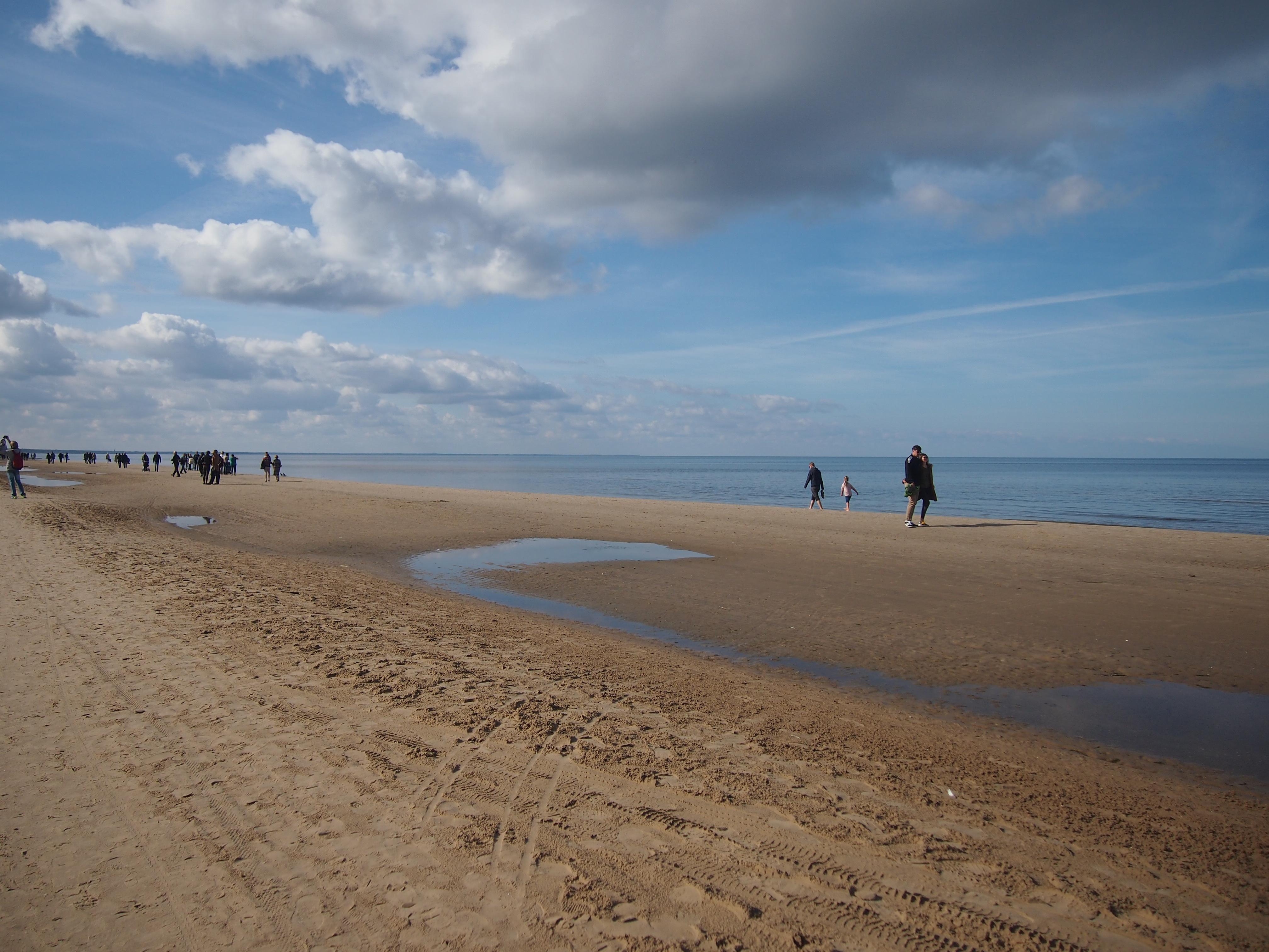 porukkaa rannalla