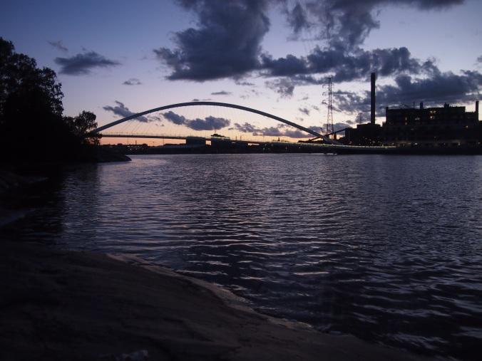 isoisän silta auringonlaskussa