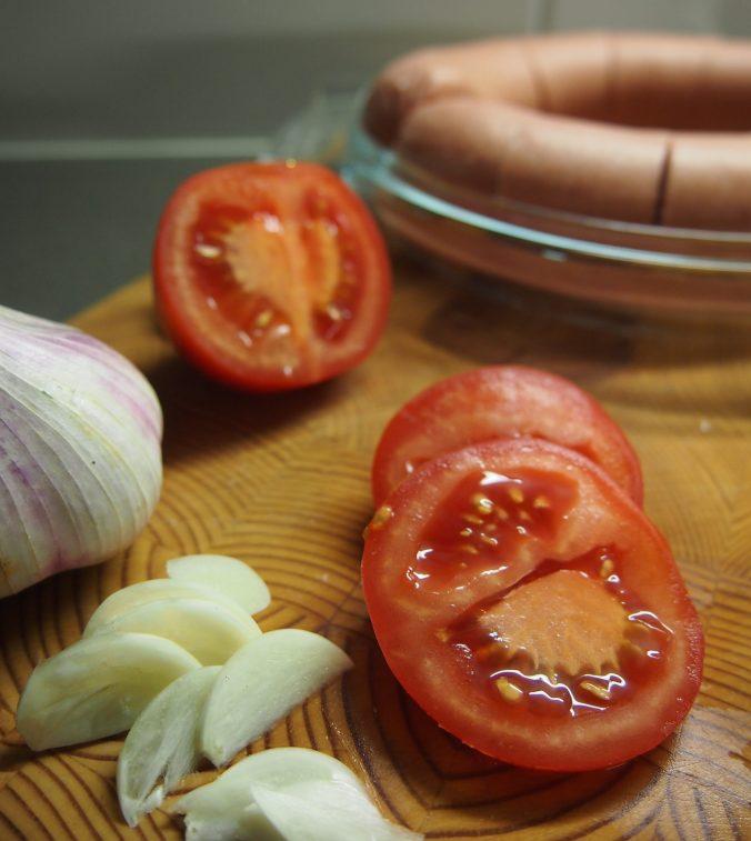 valkosipulia ja tomaattia