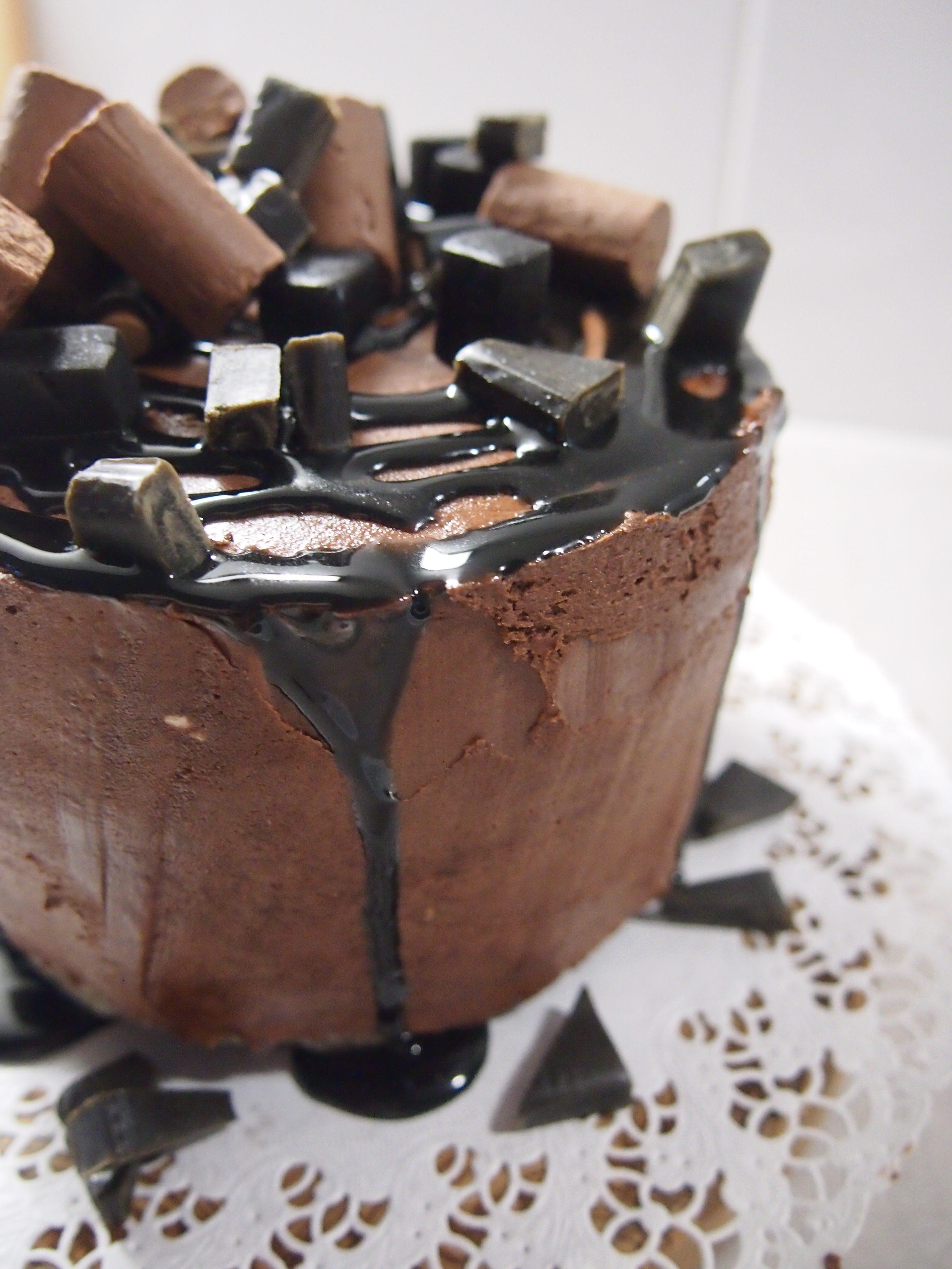 valmis suklaatäytekakku